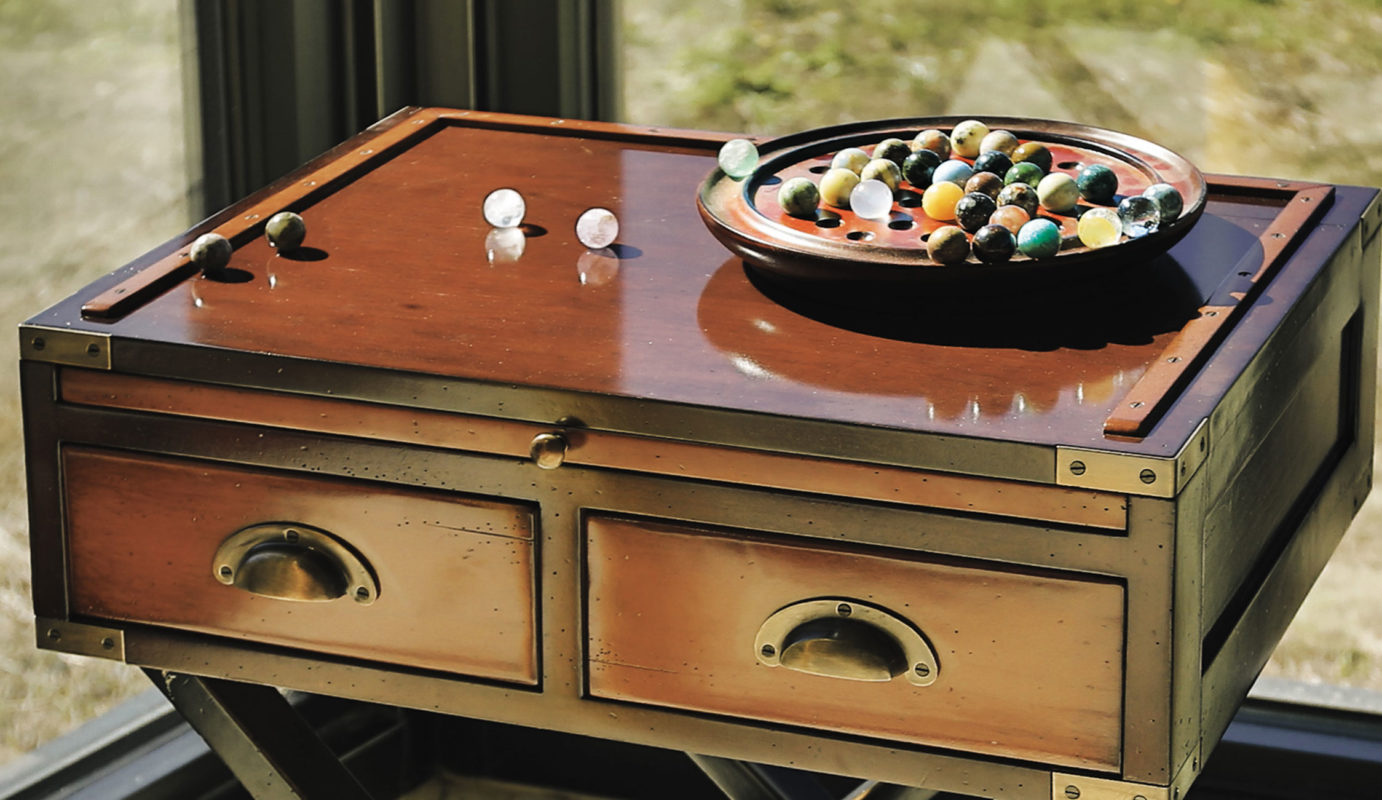 old school games; Side table with semi-precious stones solitaire. At least 15 different semi-precious minerals. Malachite, Azurite, Quartz, Serpentine, Hematite, Bloodstone, Lazulite, Amethyst, Crystal, Garnet... Try your hand at jewel-like stones with our precious solitaire